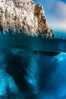 acqua blu che incontra la scogliera foto