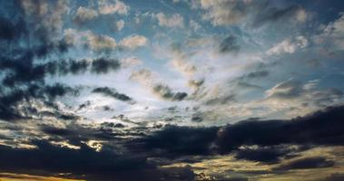 cirri durante il tramonto foto