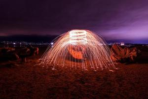 lunga esposizione di lana d'acciaio sulla riva del mare foto