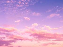 nuvole rosa e cielo blu viola foto
