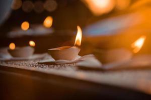 candele accese che bruciano foto