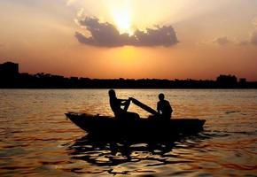 pescatore egiziano sul Nilo foto