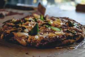 primo piano di pizza al forno foto