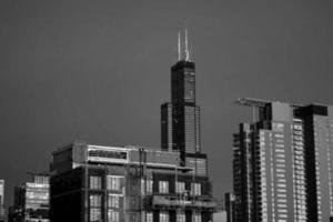 skyline della città in bianco e nero foto
