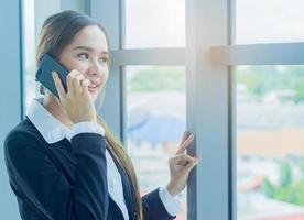 donna d'affari in ufficio moderno