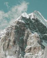 montagna bianca e grigia foto