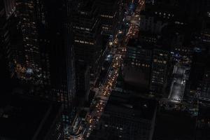 edifici della città durante la notte foto