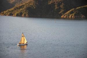 persone in barca a vela sull'acqua