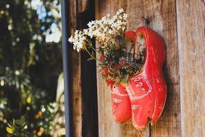 fioriere di scarpe di legno sul muro foto