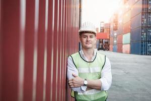 Ritratto di un lavoratore in piedi nel cantiere navale portacontainer foto