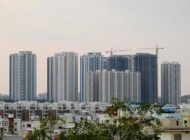 edifici della città sotto il cielo bianco foto