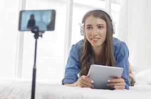 giovane donna vlogging a casa foto