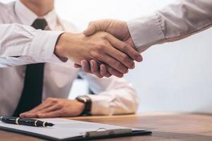 agente di intermediazione immobiliare e cliente si stringono la mano foto