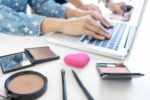 blogger di moda femminile che lavora con un computer portatile foto
