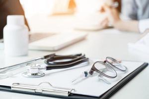 vista di stetoscopio e attrezzature sul tavolo in primo piano foto