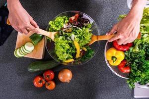 preparazione degli ingredienti per insalata