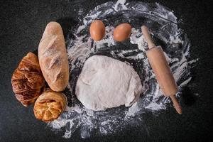 pasta cruda per pane con ingredienti foto