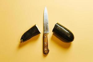coltello tra due metà di zucchine