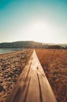 primo piano del corrimano in legno in spiaggia foto