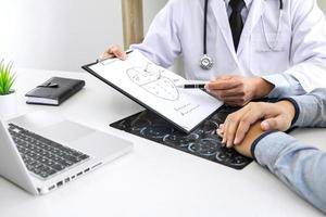 medico che ha conversazione con il paziente foto