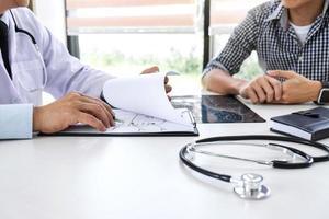 il medico consiglia il trattamento con il paziente foto