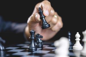 imprenditore giocando a scacchi foto