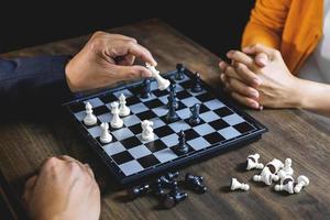 uomo d'affari e imprenditrice giocando a scacchi foto