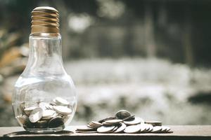 pile di monete nella lampadina foto