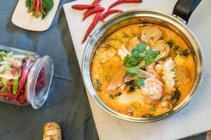 zuppa di frutti di mare acida o frutti di mare tom yum