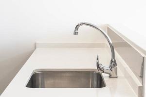 lavello del rubinetto e decorazione della scheda dell'acqua nella stanza della cucina foto