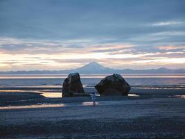 fotografo in piedi sulla spiaggia in Alaska foto