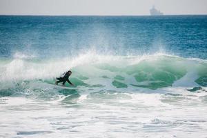 surfista sotto barel in california