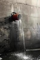 rottura del tubo dell'acqua in un collettore sanitario foto