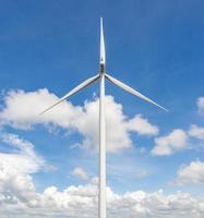 turbina eolica standalone con sfondo nuvoloso cielo blu. foto