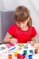 la ragazza disegna un quadro dipinge foto