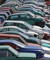 diverse auto distrutte nella discarica di demolizione di auto foto