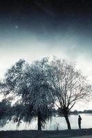 fiume di notte. elementi di questa immagine forniti dalla nasa foto