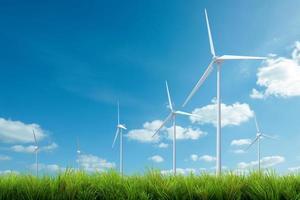 turbina eolica con erba e cielo blu foto