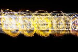 linee di luce astratte sul nero foto