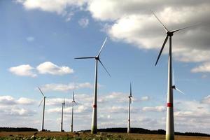 l'energia alternativa. gruppo di mulini a vento che producono energia foto