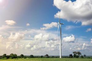 fattoria di turbine eoliche con luce solare foto