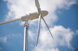 Primo piano della turbina eolica che produce energia alternativa foto