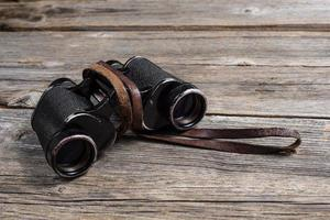 binocolo vintage su fondo in legno