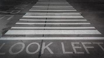concetto di sicurezza: vernice su strada foto