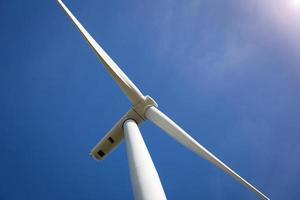 turbina eolica con luce solare foto