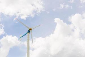 eco power, turbine eoliche con cielo blu foto