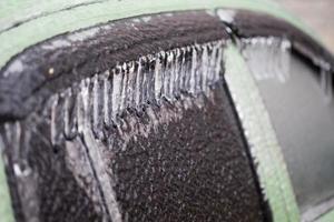 macchina ricoperta di ghiaccio