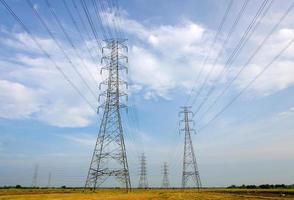 torre ad alta tensione, centrale elettrica per la produzione di elettricità foto