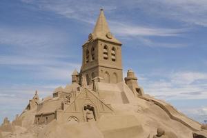 enorme castello di sabbia