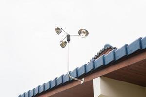 mulino a vento sul tetto foto